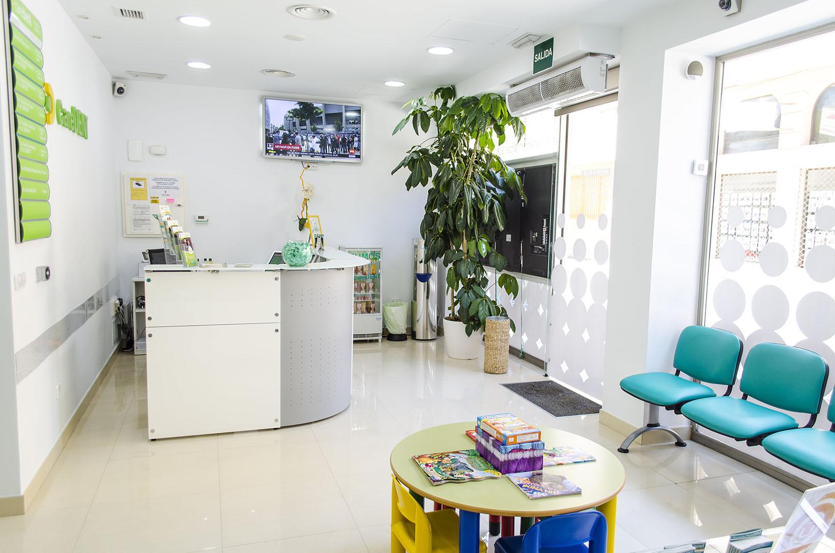 Caredent Albacete clínica dental - entrada y recepción